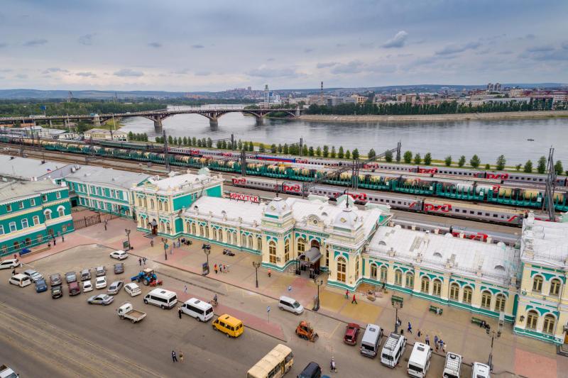 Железнодорожный вокзал Иркутска и река Ангара