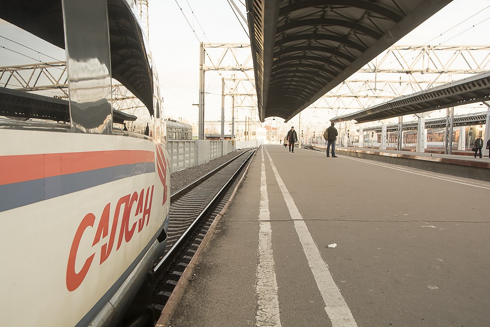 Высокоскоростной поезд Сапсан на перроне