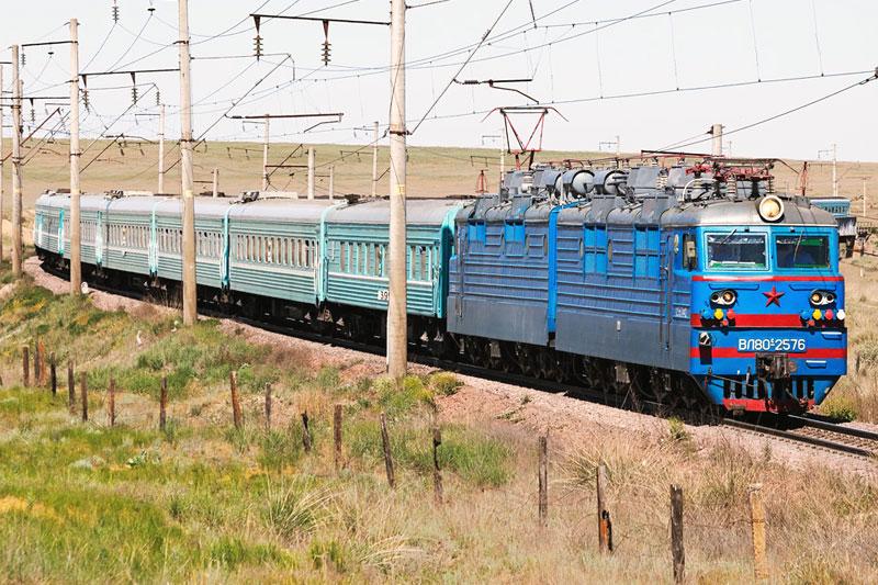 """Локомотив ВЛ-80 с поездом """"Отырар"""" Алматы-Шымкент"""