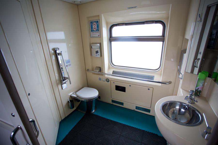 """Туалет в вагоне СВ поезда """"Томич"""""""