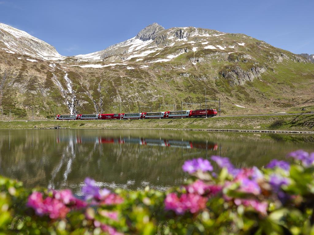 Glacier Express на перевале Оберальп