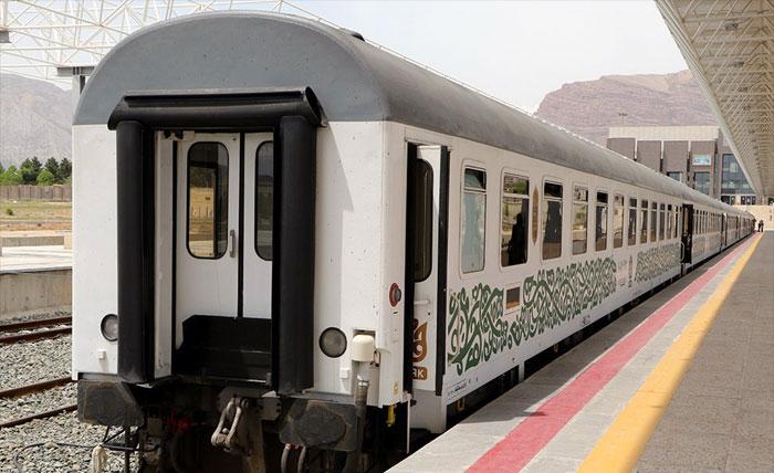 Скорый поезд Fadak у платформы на ЖД вокзале в Иране