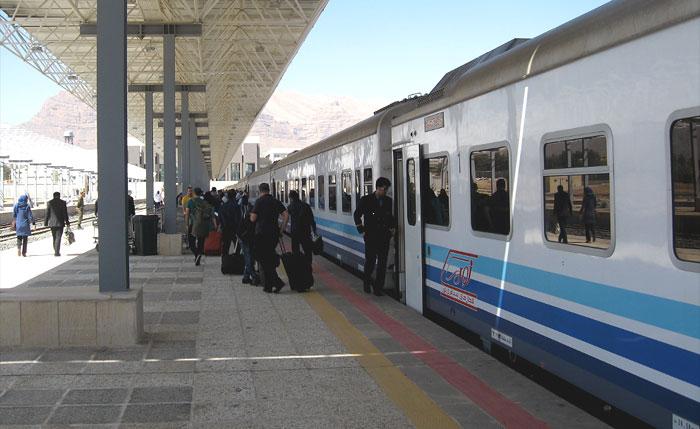 Пассажиры выходят из поезда Noor на ЖД вокзале в Иране