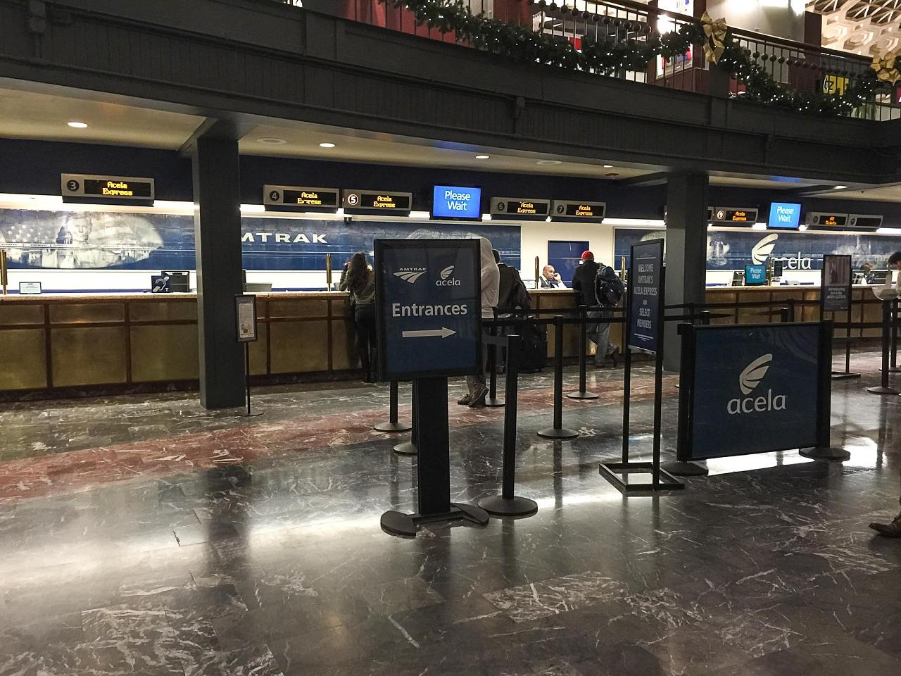 """Стойки регистрации на поезда """"Асела Экспресс"""" на жд вокзале в Вашингтоне"""