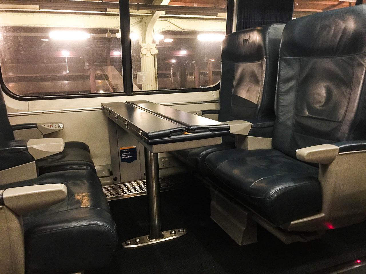 """Пассажирские кресла со столиком в первом классе поезда """"Acela Express"""""""