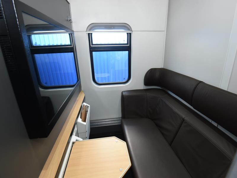 Фото VIP-купе в вагоне 1 класса в двухэтажном поезде РЖД