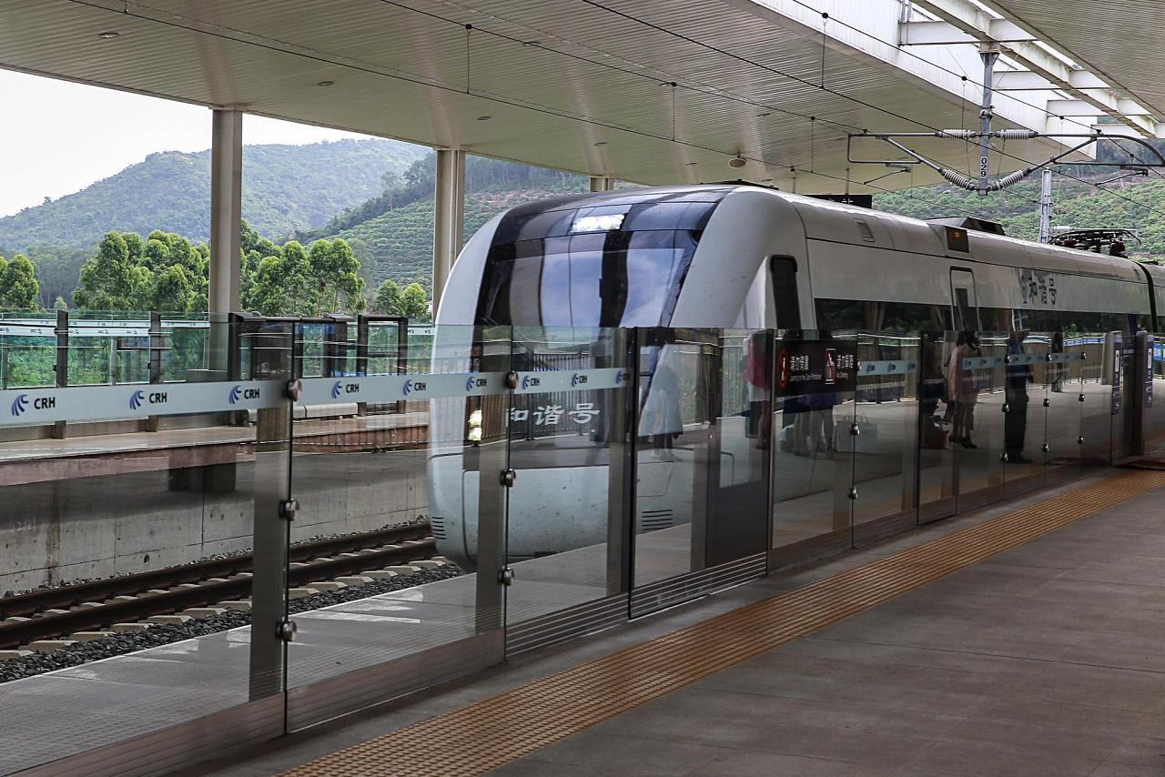 Скоростной поезд Санья-Хайкоу прибывает на станцию Ялонгван