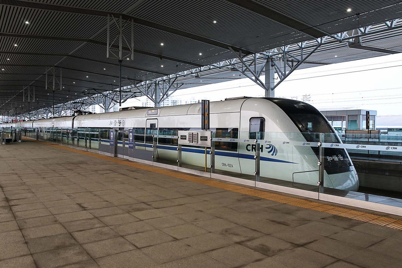 Скоростной поезд Санья-Хайкоу на платформе жд вокзала Хайкоу Восточный