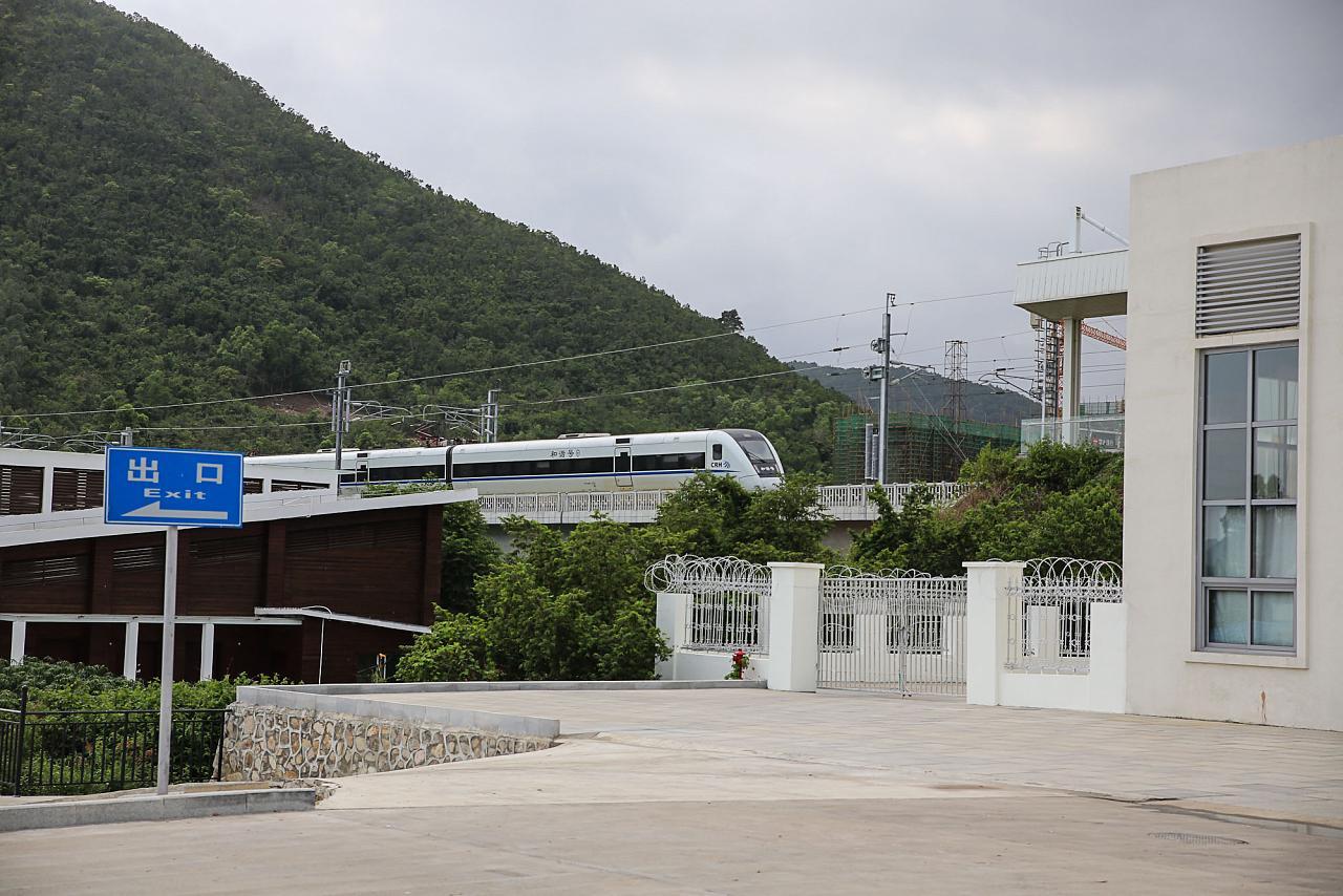 Поезд прибывает на станцию Ялонгван, Хайнань