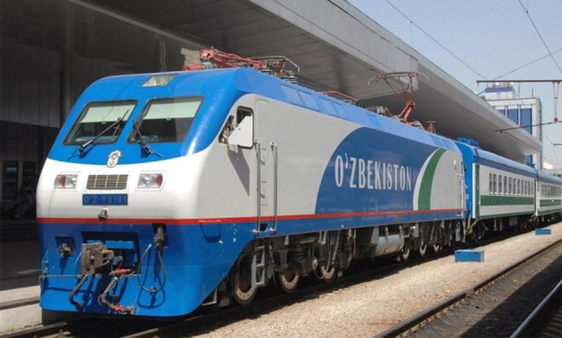Поезд Узбекистон Темир Йуллари на жд вокзале Ташкента