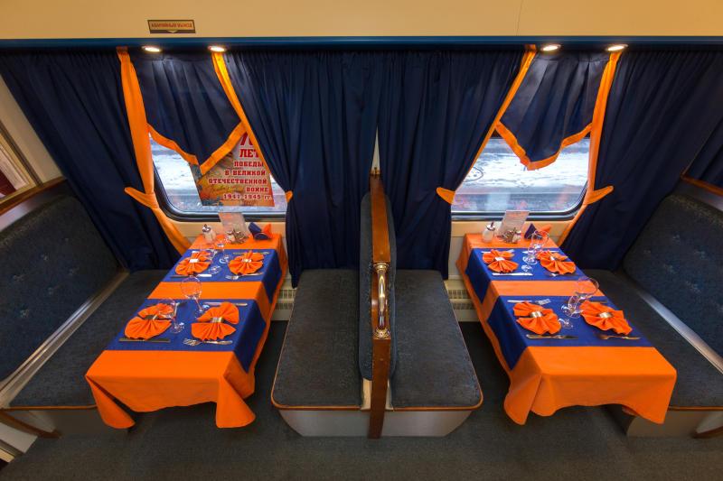 """Столики в ресторане поезда """"Мегаполис"""""""