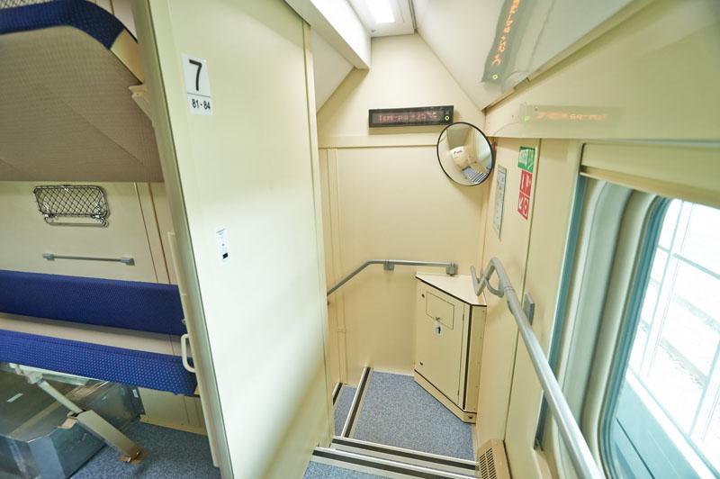 Лестница между этажами в двухэтажном поезде 104 Москва-Адлер