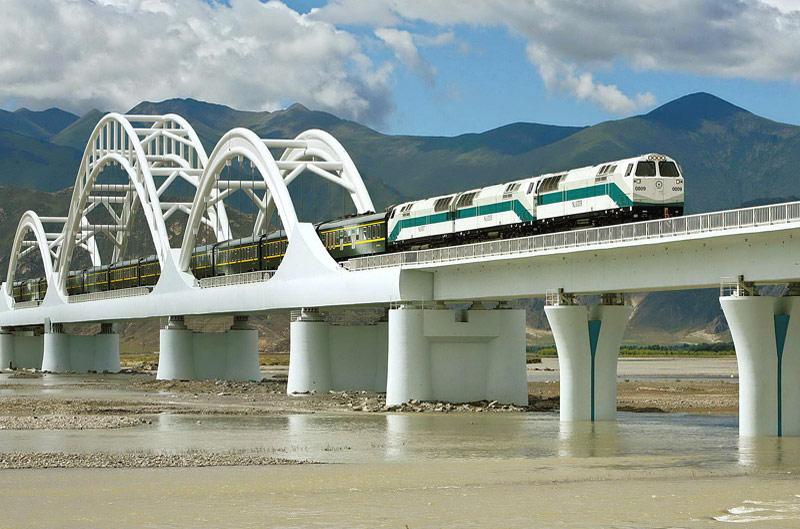 Пассажирский поезд Китайских железных дорог с тепловозом