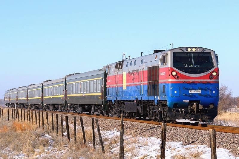 Пассажирский поезд в Казахстане