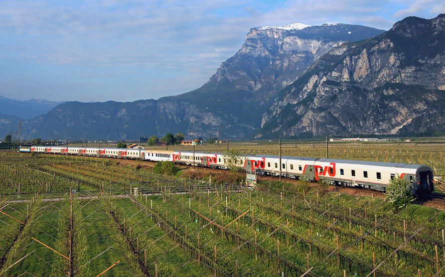 Скорый поезд 17 Москва-Ницца на фоне Альп на севере Италии