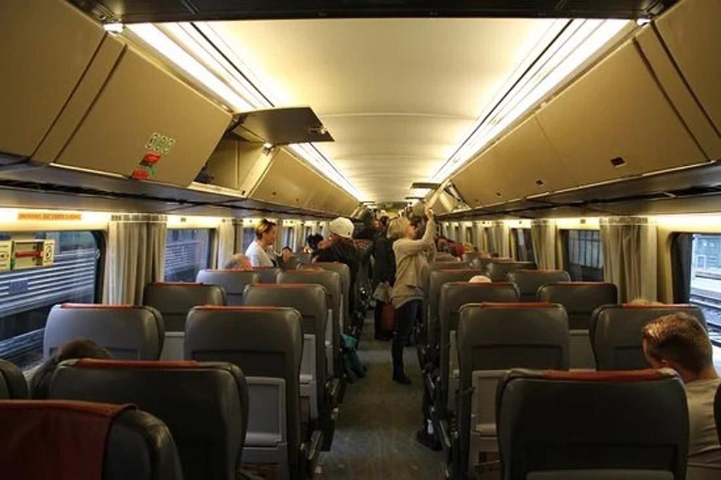 Внутри вагона дневного поезда канадских железных дорог