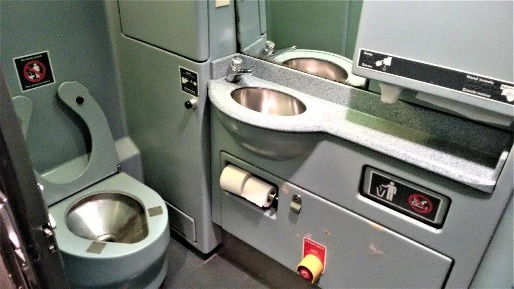 Туалет в поезде канадских железных дорог