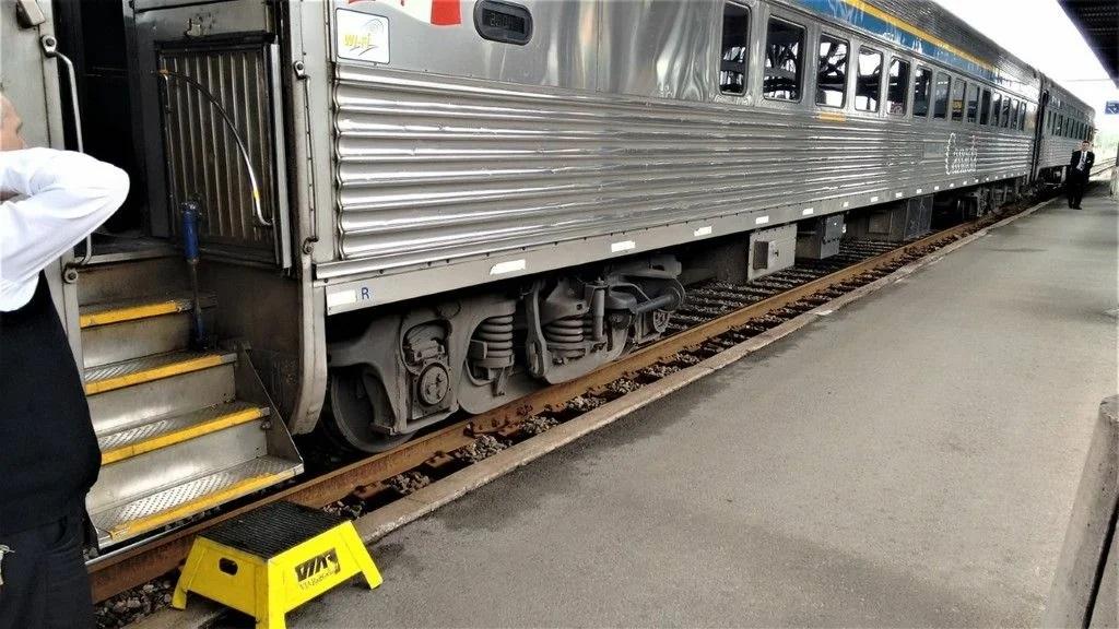 Табуретка для посадки в поезд с платформы в Оттаве