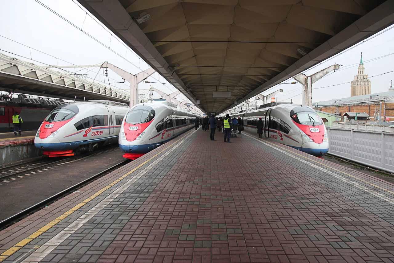 """Высокоскоростные поезда """"Сапсан"""" на перроне"""