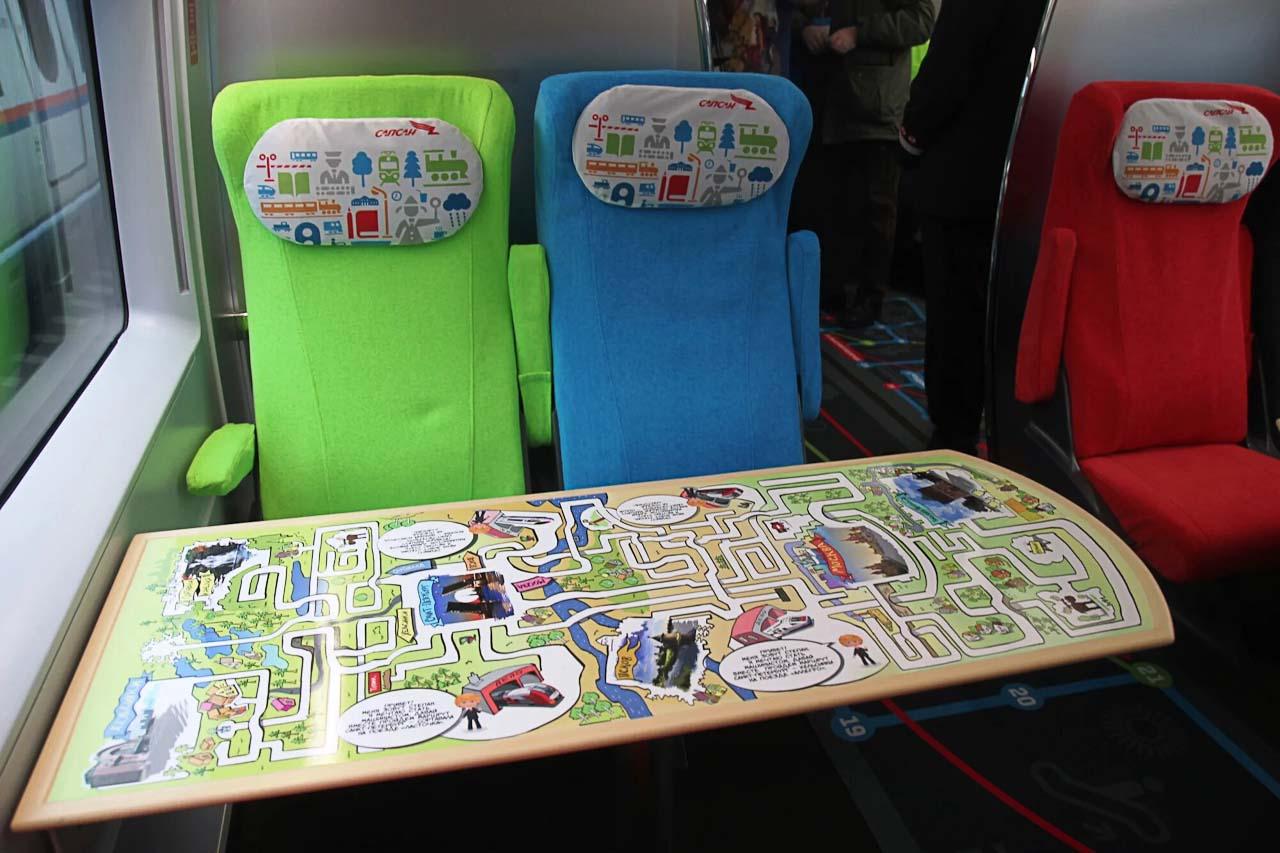 """Игральный столик в семейном вагоне поезда """"Сапсан"""""""