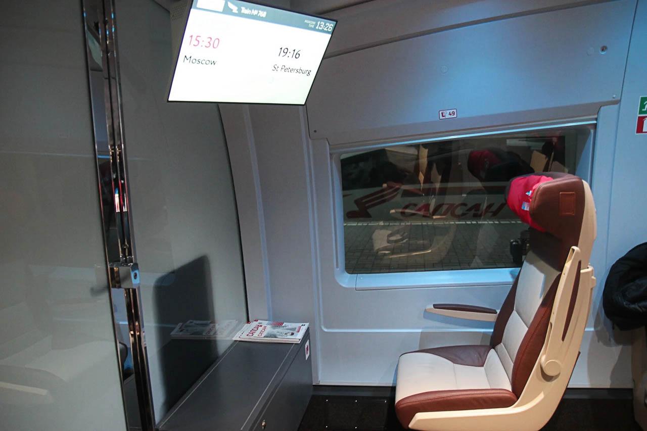 """Перегородка за кабиной машиниста в поезде """"Сапсан"""""""