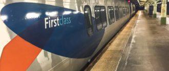 """Поезд """"Acela Express"""" на платформе жд вокзала Вашингтона"""
